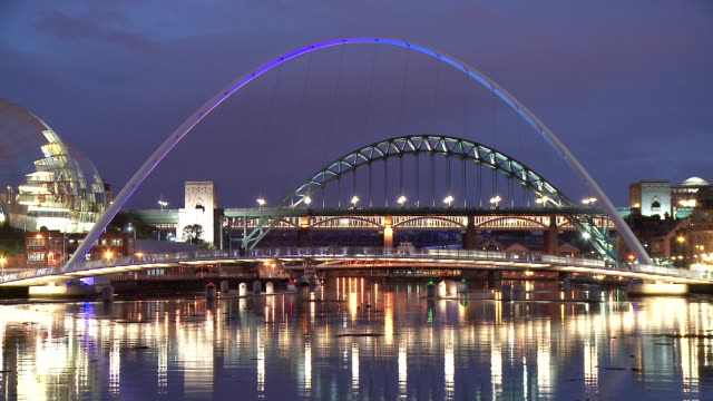 tyne briges in dusk, newcastle upon tyne - newcastle upon tyne video stock e b–roll