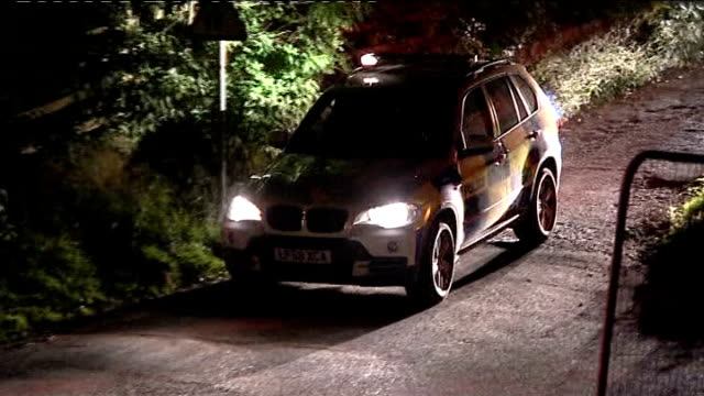 vidéos et rushes de day seven of manhunt for raoul moat night shots of police in rothbury 872010 / 972010 england northumberland rothbury general views police cars in... - nord est de l'angleterre