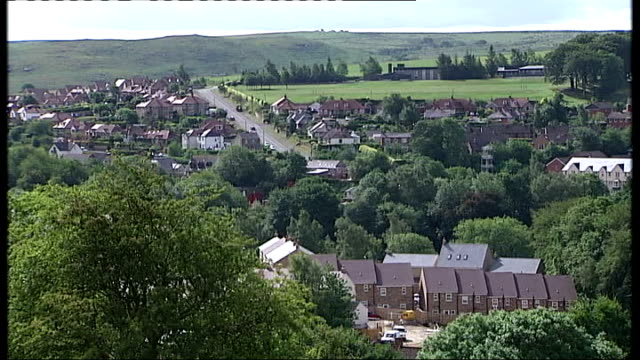 day six of manhunt for raoul moat / two men appear in court england northumberland rothbury ext high angle view over village general view village... - 登場点の映像素材/bロール