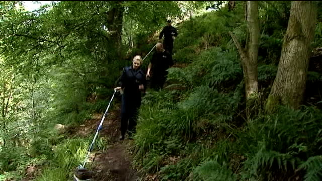 vidéos et rushes de police officer shot by raoul moat 'bears no malice' towards gunman northumberland rothbury ext various of police officers searching countryside - nord est de l'angleterre