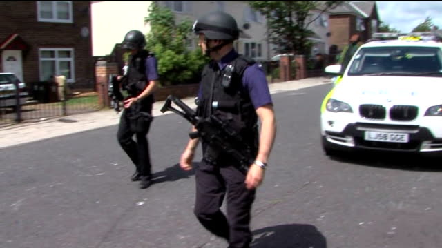 vidéos et rushes de police were warned about suspect / manhunt continues england tyne and wear newcastleupontyne ext armed police officers along in street police... - nord est de l'angleterre