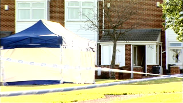 stockvideo's en b-roll-footage met raoul moat death / family of victim speak out cutaway tyne and wear gateshead scafell ext forensic tent and police tape cordon outside house where... - tyne and wear