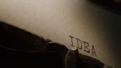 ld typ barer av gamla skrivmaskin skriva ut ordet idé - inspiration bildbanksvideor och videomaterial från bakom kulisserna