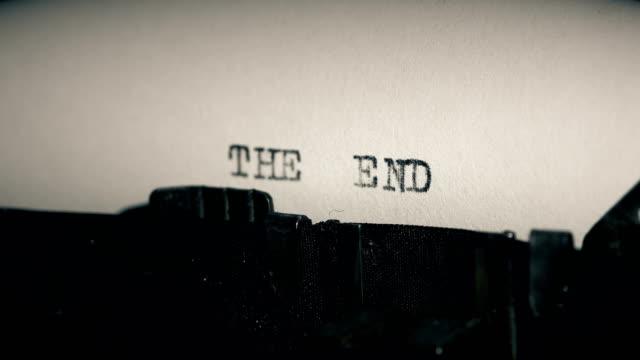 typ balken der alten schreibmaschine ausdrucken wort ende - the end stock-videos und b-roll-filmmaterial