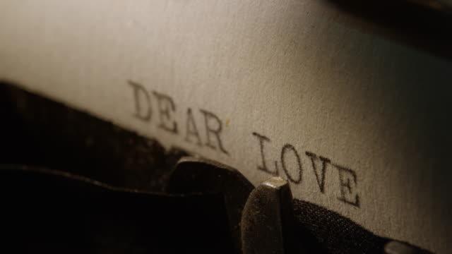 LD Type bars van oude schrijfmachine afdrukken woorden lieve liefde