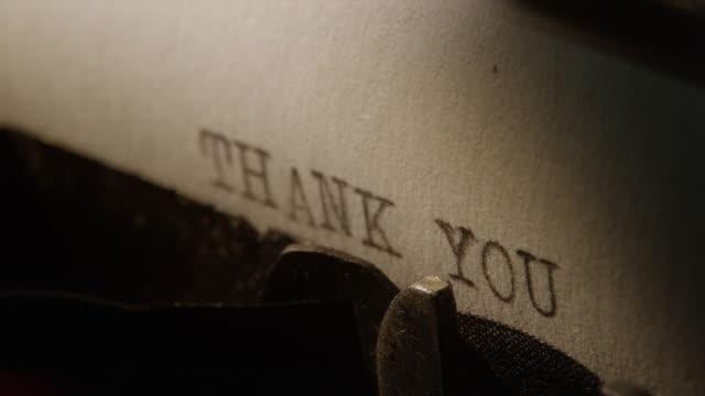 ld tipo bar della vecchia macchina da scrivere parole di ringraziamento stampa - thank you video stock e b–roll