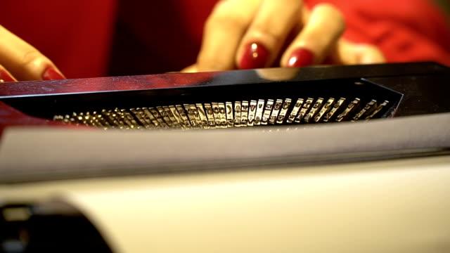 skrivmaskin nära upp skott - skrivmaskin bildbanksvideor och videomaterial från bakom kulisserna