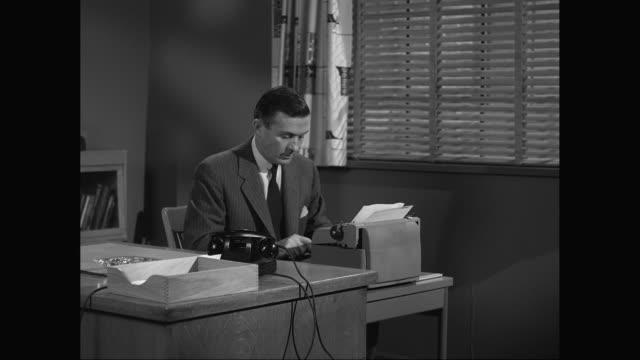vídeos de stock e filmes b-roll de ms typewriter typing in office / united states - camisa e gravata