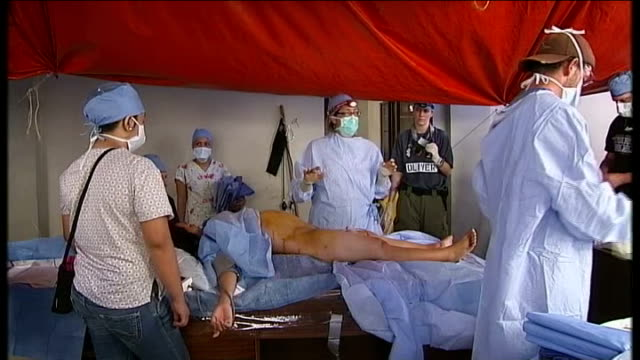 vidéos et rushes de typhoon haiyan aftermath: day 7; philippines: tacloban: int surgeons and medical staff scrubbing up in makeshift operating theatre in mayor's office... - tante
