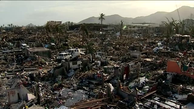 typhoon haiyan aftermath: president declares state of 'national calamity'; philippines: tacloban: ext view over city of the houses completely... - フィリピン点の映像素材/bロール