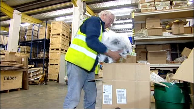 vidéos et rushes de president declares state of 'national calamity' england oxfordshire bicester int man packing aid supplies at oxfam warehouse items being packed into... - oxfordshire