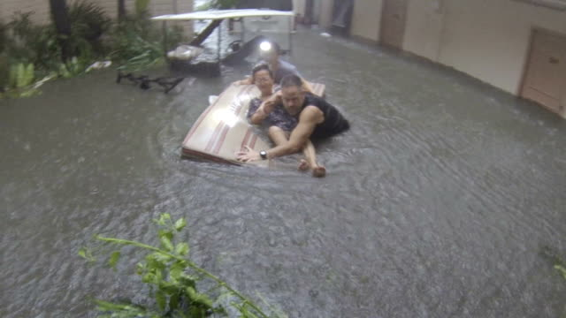 typhoon haiyan dramatic rescue in storm surge flood - 救う点の映像素材/bロール