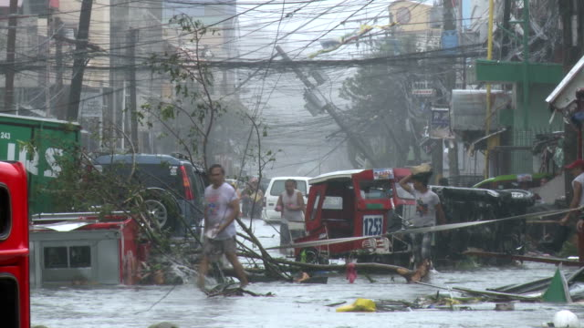 stockvideo's en b-roll-footage met typhoon haiyan storm surge destruction in tacloban city - slachtoffer