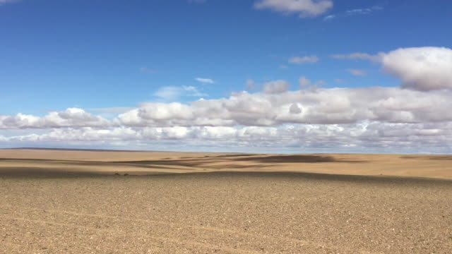 a typical gobi desert landscape, mongolia - horizont über land stock-videos und b-roll-filmmaterial