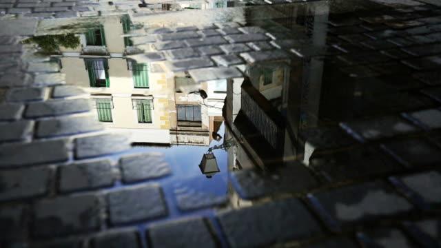 vídeos de stock e filmes b-roll de típica madrid espanha abrem estrada com reflexo de água - antigo