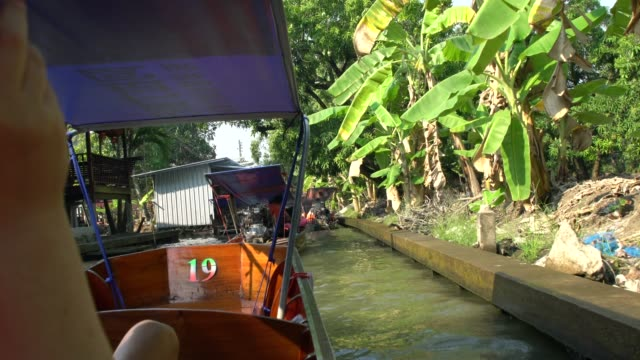 vidéos et rushes de a typical narrow canal at damnoen saduak floating market not far from bangkok, thailand - vendeur ambulant