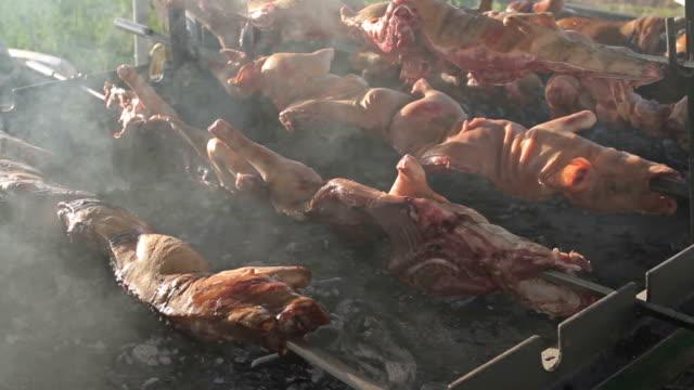 typische gebratene schwein fleisch in sardinien, italien - sardinien stock-videos und b-roll-filmmaterial