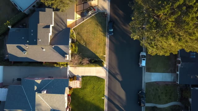 vídeos de stock e filmes b-roll de typical small-town neighborhood in los angeles- drone shot - distrito residencial