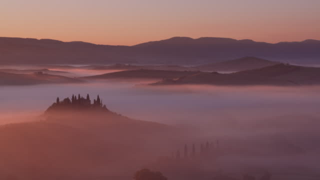 vídeos y material grabado en eventos de stock de typical tuscany landscape with farmhouse at morning with fog. unesco world heritage site. san quirico d'orcia, val d'orcia, tuscany, siena province, italy, europe. - toscana