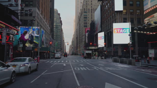 vídeos y material grabado en eventos de stock de typically traffic-jammed streets in midtown manhattan are now deserted due to the covid-19 pandemic outbreak and social distancing regulations. 7th... - 7th avenue