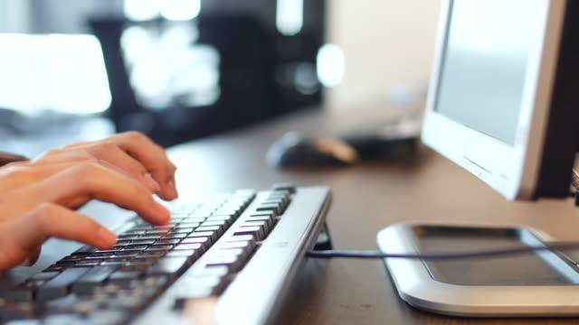 vídeos de stock, filmes e b-roll de mesa de digitação com um teclado de computador - loja de produtos eletrônicos