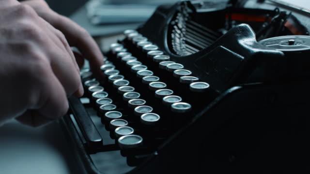 ld att skriva snabbt på en gammal skrivmaskin - skrivmaskin bildbanksvideor och videomaterial från bakom kulisserna