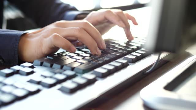 eingabe-tastatur, desktop-computer - börsenhändler stock-videos und b-roll-filmmaterial