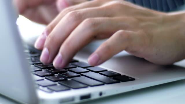 Typisierung Laptop-Computer im Büro zu Hause