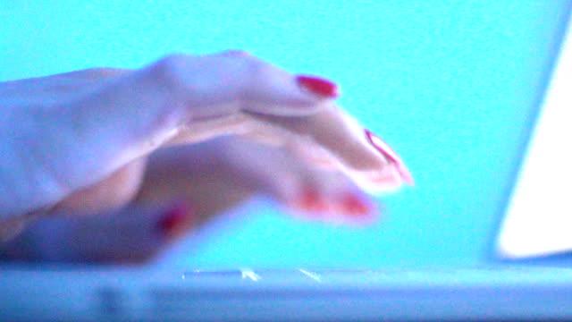 vídeos y material grabado en eventos de stock de escribiendo en un teclado de computadora portátil en cámara lenta. - esmalte de uñas rojo