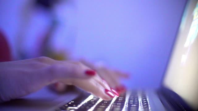 vídeos y material grabado en eventos de stock de escribiendo en un teclado de una computadora portátil. - esmalte de uñas rojo