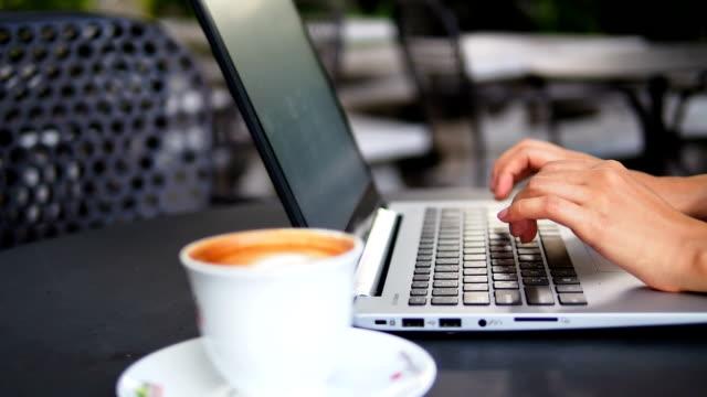 vídeos de stock, filmes e b-roll de digitando em um laptop - primeiríssimo plano