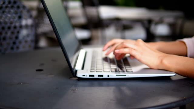 tippen auf einen laptop - heranzoomen stock-videos und b-roll-filmmaterial