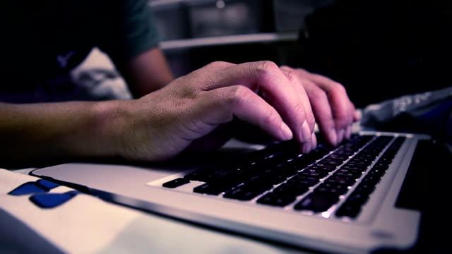 vídeos de stock, filmes e b-roll de digitando em um notebook - homem e máquina