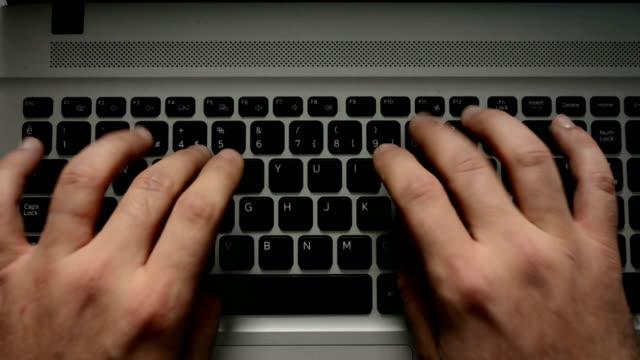 vídeos de stock, filmes e b-roll de digitando no teclado de computador - teclado de computador