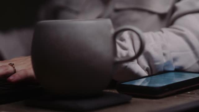 digitando su laptop di notte. - desk video stock e b–roll