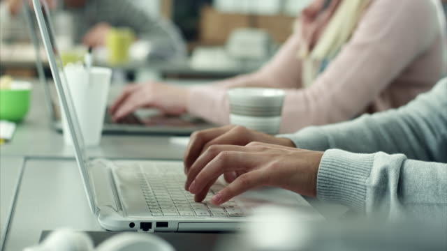 vídeos de stock e filmes b-roll de escrever no computador portátil - call center