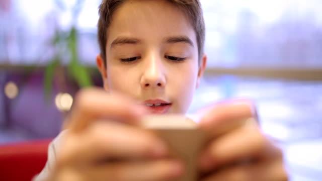 vídeos y material grabado en eventos de stock de escribiendo en el teléfono inteligente - mirar hacia abajo