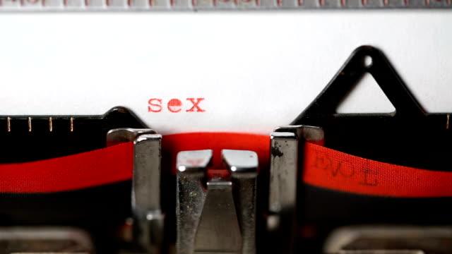 古いタイプライターでタイピングのセックス - セクスティング点の映像素材/bロール