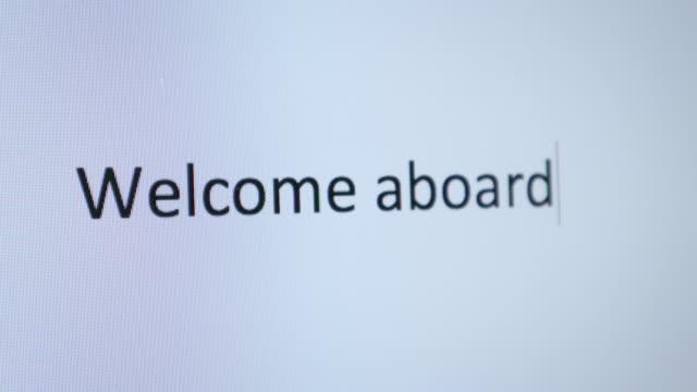 """vidéos et rushes de taper """"bienvenue à bord"""" sur l'ordinateur - à bord"""
