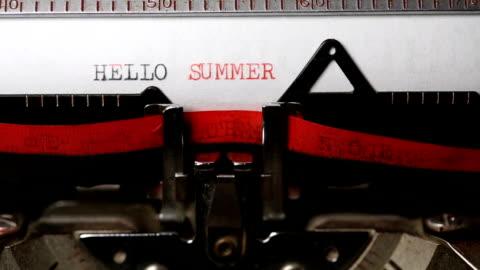 hej sommar - att skriva med en gammal skrivmaskin - maskinskriven text bildbanksvideor och videomaterial från bakom kulisserna