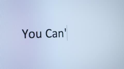 """maskinskrivning """"du kan inte bli du kan"""" på datorn - attityd bildbanksvideor och videomaterial från bakom kulisserna"""