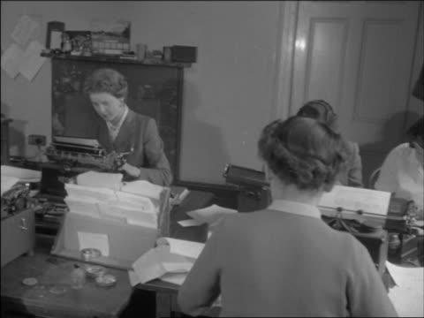 vidéos et rushes de typists work at desks at the conservative party headquarters. - parti conservateur anglais