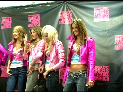 tyra banks adriana lima gisele bundchen heidi klum and alessandra ambrosio at the victoria's secret 'angels across america' at the grove in los... - 2004 stock-videos und b-roll-filmmaterial
