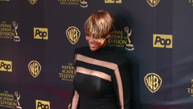 vídeos de stock, filmes e b-roll de tyra banks at 42nd annual daytime emmy awards at warner bros studios on april 26 2015 in burbank california - tyra banks
