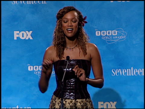 vídeos de stock, filmes e b-roll de tyra banks at the 1999 teen choice awards at barker hanger in santa monica california on august 1 1999 - tyra banks