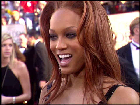 vídeos de stock, filmes e b-roll de tyra banks at the 2004 golden globe awards at the beverly hilton in beverly hills california on january 25 2004 - tyra banks