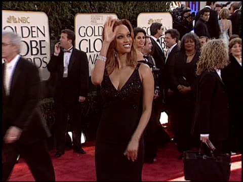tyra banks at the 2004 golden globe awards at the beverly hilton in beverly hills, california on january 25, 2004. - タイラ・バンクス点の映像素材/bロール