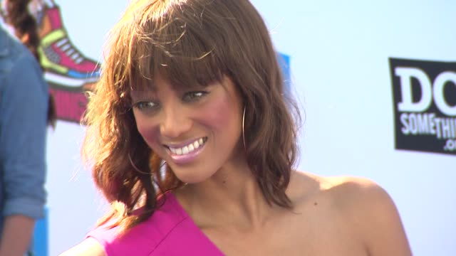vídeos de stock, filmes e b-roll de tyra banks at the 2011 vh1 do something awards at hollywood ca - tyra banks