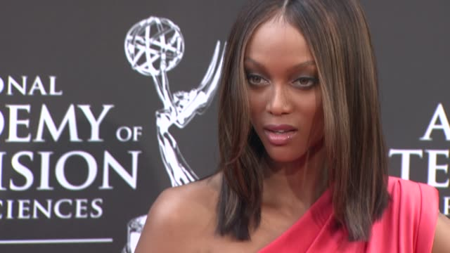 vídeos de stock, filmes e b-roll de tyra banks at the 36th annual daytime emmy awards at los angeles ca - tyra banks
