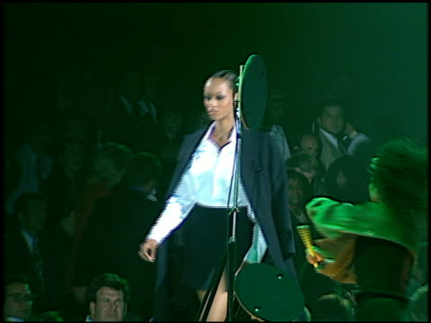 vídeos de stock, filmes e b-roll de tyra banks at the passport 96 fashion show at santa monica airport in santa monica california on september 27 1996 - tyra banks